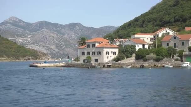 Pobřeží města Lepetane v Černé Hoře, v blízkosti trajektové křižovatky přes Kotor Bay.