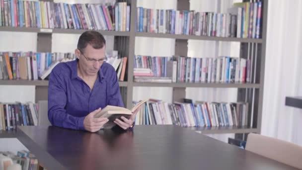 Komoly ember olvasás könyv-tárban