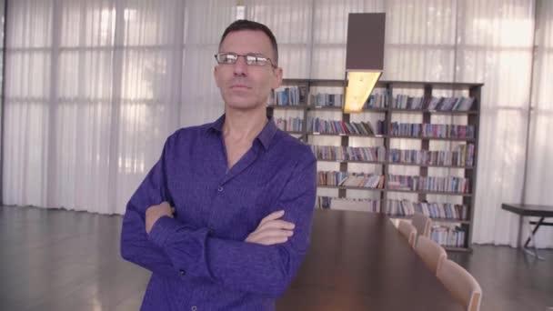 Jistý muž s brýlemi oko s úsměvem portrét