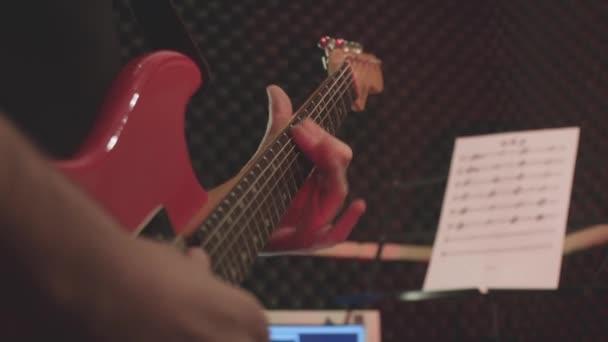 Zenész elektromos piros gitár