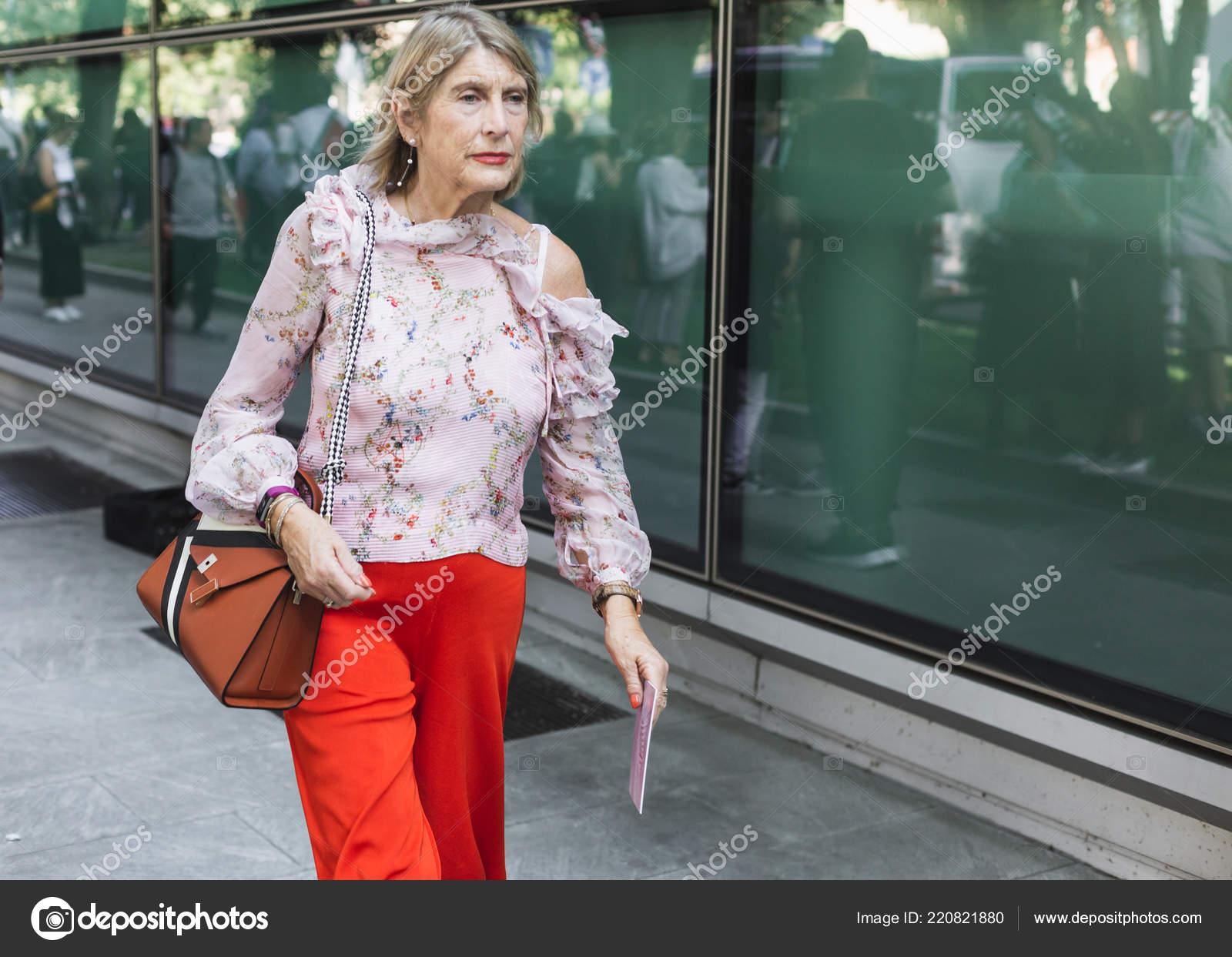 038a014637f6f Milan Italia Septiembre Moda Mujer Poses Fuera Desfile Moda Giorgio ...