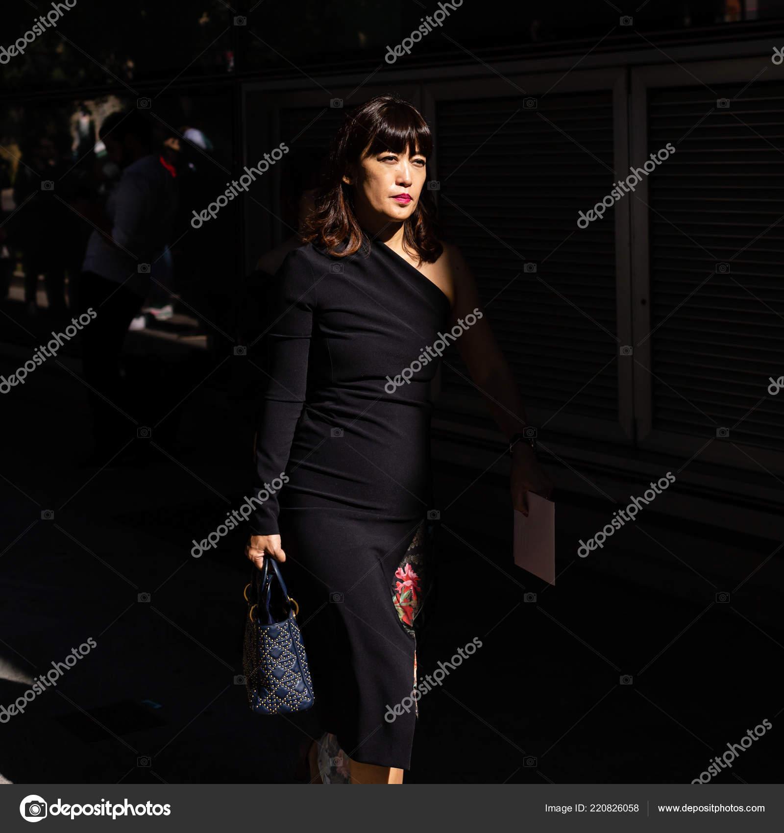 79faa77102b43 Milão, Itália - 23 de setembro  Na moda mulher poses fora desfile de  Giorgio Armani durante a semana de moda de Milão feminino em 23 de setembro  de 2018 em ...