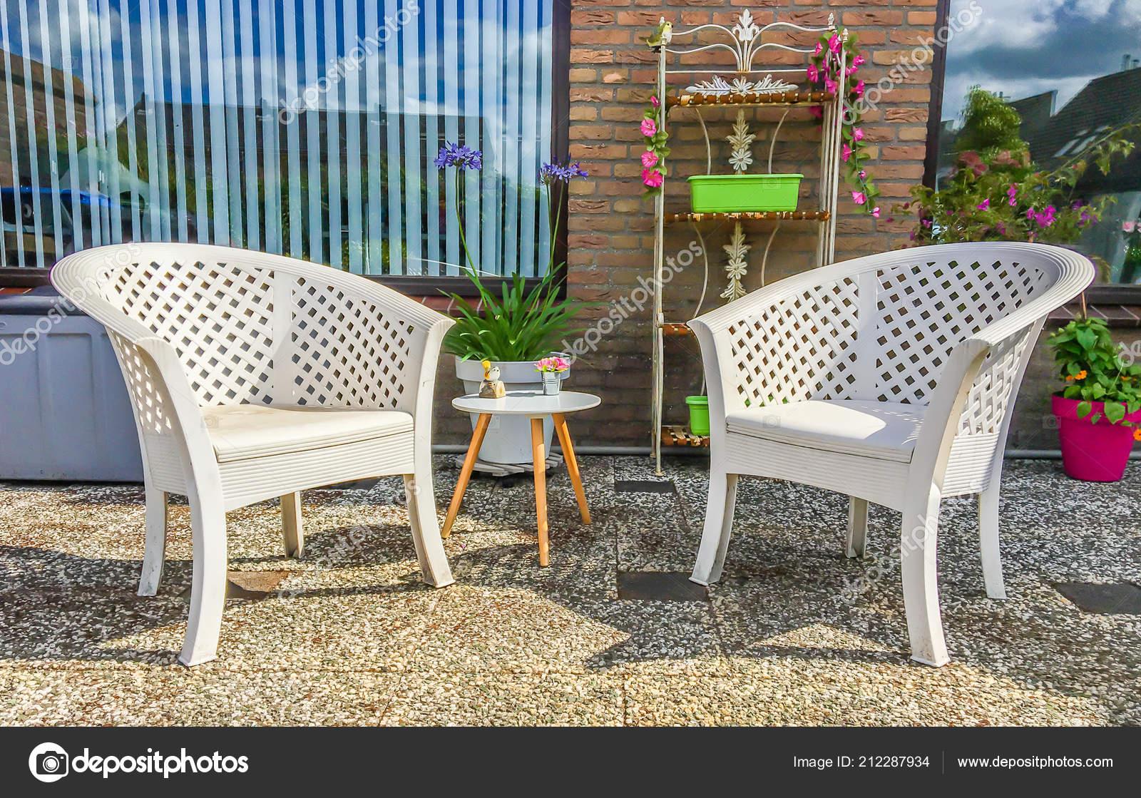 Chaises Longues Plastique Blanc Avec Une Petite Table Bois ...