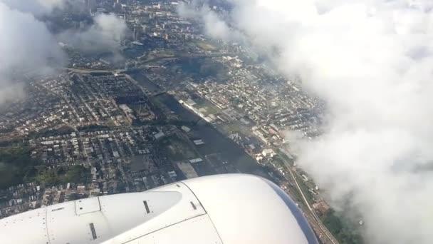 Komerční dopravní letadlo letící nad letiště Newark