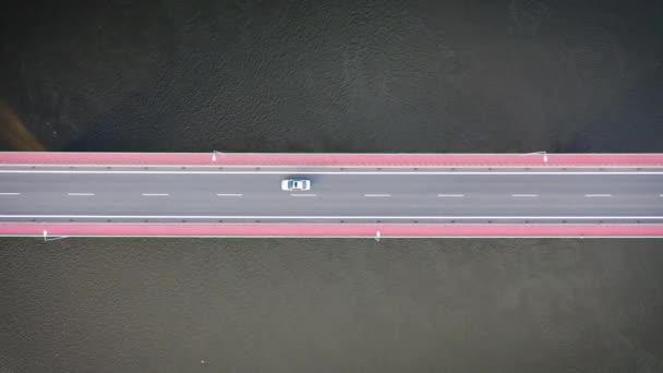 Letecký pohled na most přes řeku Visuli v polské Evropě