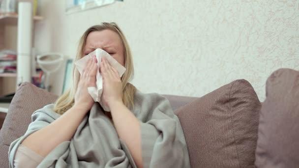 Die Frau bläst ihr die Nase in einem Papiertaschentuch. Sie hat eine Erkältung, Kopfschmerzen