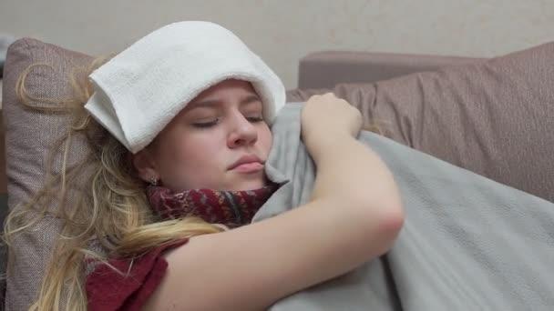 ein Teenager-Mädchen ist mit einer Decke bedeckt, ihr Fieber, Kopfschmerzen, Grippe.