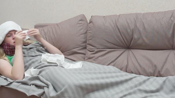 Teenager pustet sich in ein Papiertaschentuch. Sie ist erkältet
