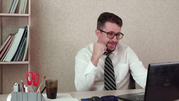 Mužské office Manager s plnovousem a brýlemi, úspěch, štěstí