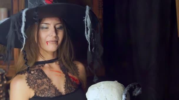 Halloween čarodějnice detail s pracovníky lidská lebka. Zlomyslně úsměvy