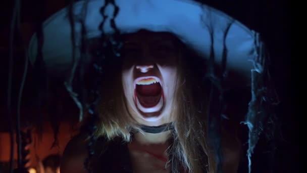 Halloween čarodějnice v klobouku křik děsivé. Strašidelná zábava, detail