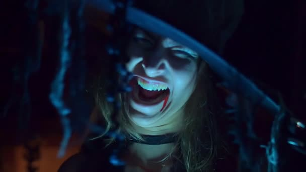 Halloween čarodějnice v klobouku se směje, scaryly a zlomyslně. Strašné zlo, detail, pomalý pohyb
