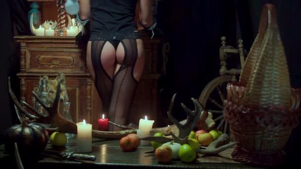 Hexe Halloween sexy Arsch steht. In schwarzen Dessous, erregt Hüften schlank