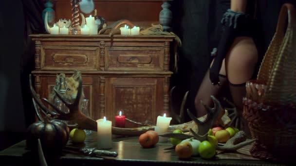 Halloween-Hexe ist sexy und macht ihre Beute in Strümpfen.