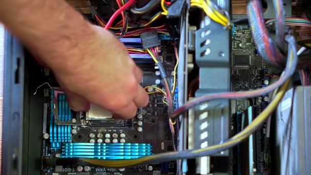 Nahaufnahme der männlichen Hand bei der Installation neuer CPU