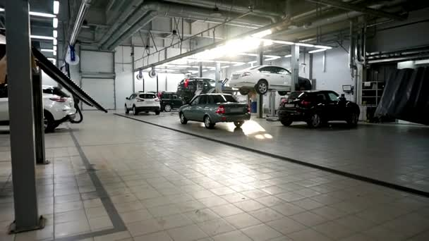Hangár spousta aut na výtahy a na podlaze během údržby.