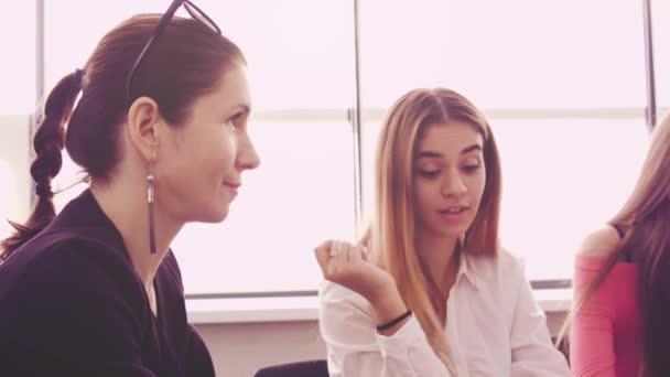 Nők együtt dolgoznak a projekt. Nők vállalkozási tevékenysége. Felnőtt üzletasszony vezet egy csapat fiatal lányok. Üzleti meg ötletgyűjtéshez használható és ötletek. Női munkatársak csoportja.