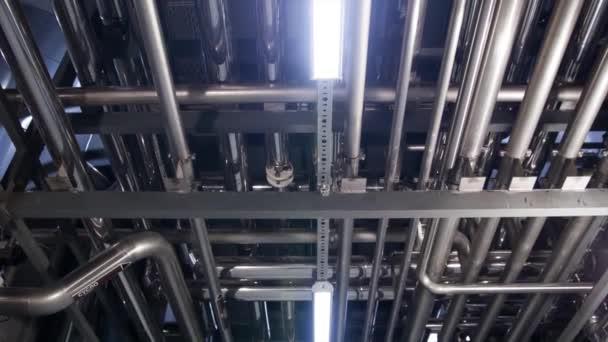 Herstellung von Bierstahlbehältern und -rohren in einer Brauerei. Anlagen zur Bierherstellung zur inszenierten Abfüllung von Fertigprodukten aus Metall Piper. Moderne Brauerei.