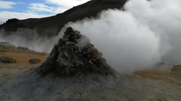 Vztekat sirné výpary v Hverir, sopečného systému Krafla, na Islandu