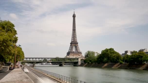 Časová prodleva v Paříži. Zobrazit na Eiffelovu věž a na březích Seiny, řeka Paříž. Léto.