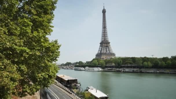 Időközű, Párizsban. Autók pass partján, a Szajna (jobb partján), és az Eiffel-torony, a háttérben.