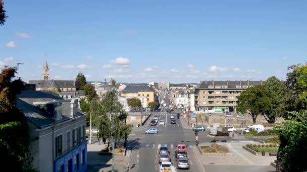 Panoráma města Le Mans. To je město ve Francii, na řece Sarthe. Natočeno v létě. Le Mans se nachází v regionu Pays de la Loire, západní Francie.
