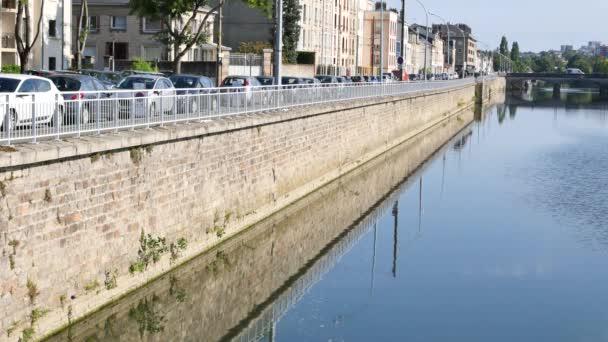 Odraz od přístaviště řeka Sarthe v Le Mans, francouzské město. Nachází se v regionu Pays de la Loire, západní Francie.