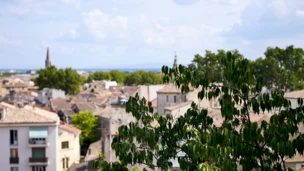 Zaměřte se na město Avignon. Je to staré město v jiho východní Francii v departementu Vaucluse na levém břehu řeky Rhne