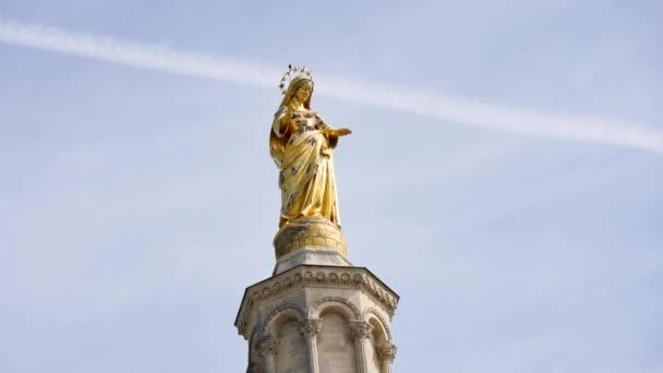 Časová prodleva sochy v horní části katedrály Notre-Dame des Doms, Avignon, ve francouzském departementu Vaucluse a regionu Provence-Alpes-Cte dAzur. Je to vedle v Papežském paláci