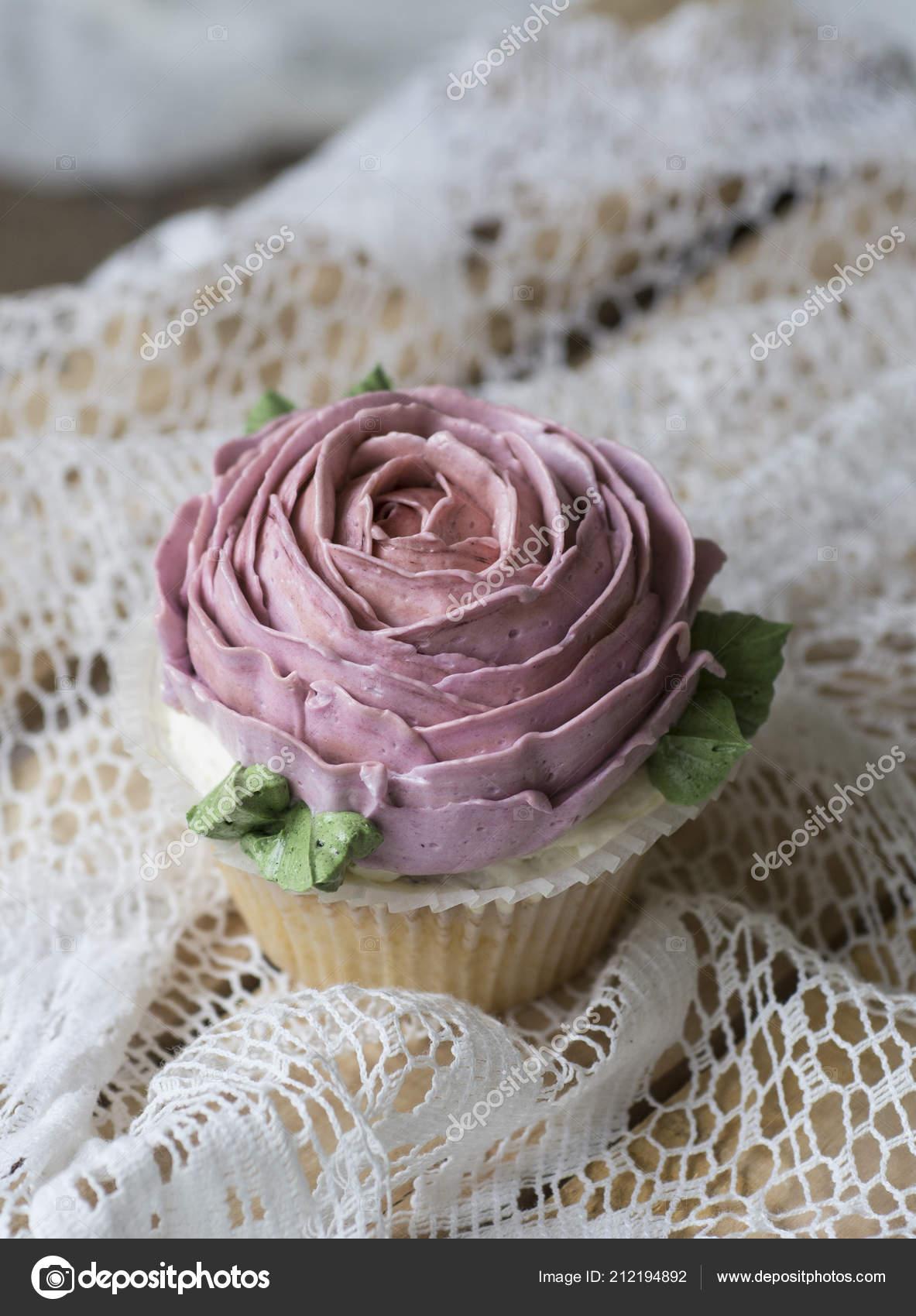 Cupcakes Decorados Con Flores De Crema Fotos De Stock