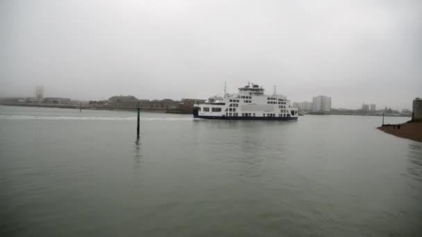 Trajektový člun vstupující do přístavu v Portsmouthu