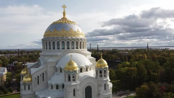 Luftaufnahme der orthodoxen Marinekathedrale von St. Nikolaus. Gebaut in den Jahren 1903-1913. Kronshtadt, St.Petersburg, Russland