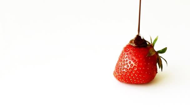 Jahody s čokoládou, hocolate teče dolů zralé jahody. Izolované na bílém pozadí