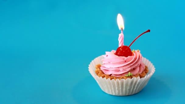 Születésnapi torta, szülinapi kék háttér cseresznye és égő gyertyát. Time lapse videó