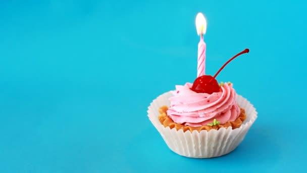 Születésnapi torta cseresznye és égő gyertyát a születésnap kék háttér