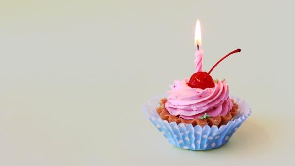 Narozeninový dort s cherry a hořící svíčka k narozeninám. Časosběrné video