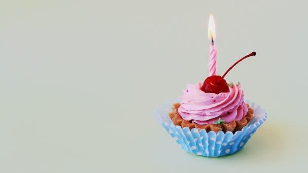 Cseresznye és égő gyertyát a szülinapi születésnapi torta