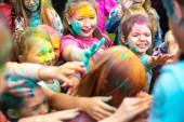 Čeljabinská oblast, Rusko-červenec 2019. Děti různých národností jsou přáteli na festivalu barev. Svátek v provincii s účastí mnoha národů, hudby, tance, enterty