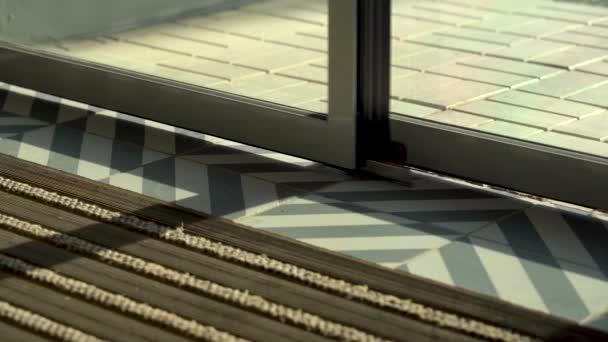 Berührungslose Türen öffnen und schließen sich automatisch. Nahaufnahme. Tageslicht