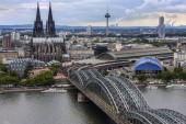Die Hohenzollernbrücke und der Kölner Dom in der Industrie- und Universitätsstadt Köln am Rhein in Deutschland.