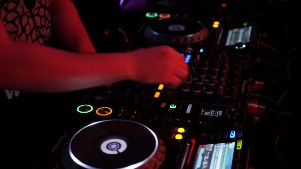 A szerződés teljesítése során a készségek keverés DJ