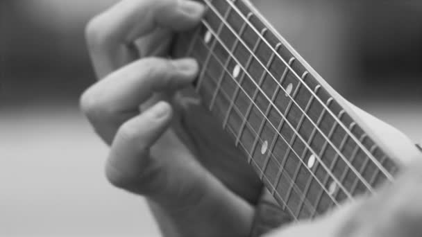 Hraní na elektrickou kytaru, 4k HD 23,976 cinematické skladové záběry, zblízka na prstech člověka, který hraje na kytaru