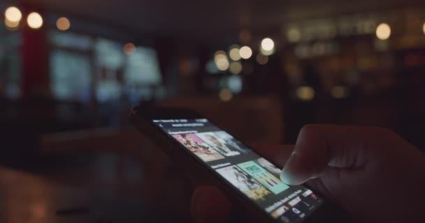 Felhasználó nézi filmeket streaming app Netflix egy smartphone
