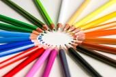 mnoho barevné pera v několika uspořádání