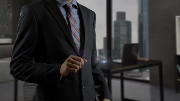 Muž, který drží smartphone a pracuje s holografickými elementy