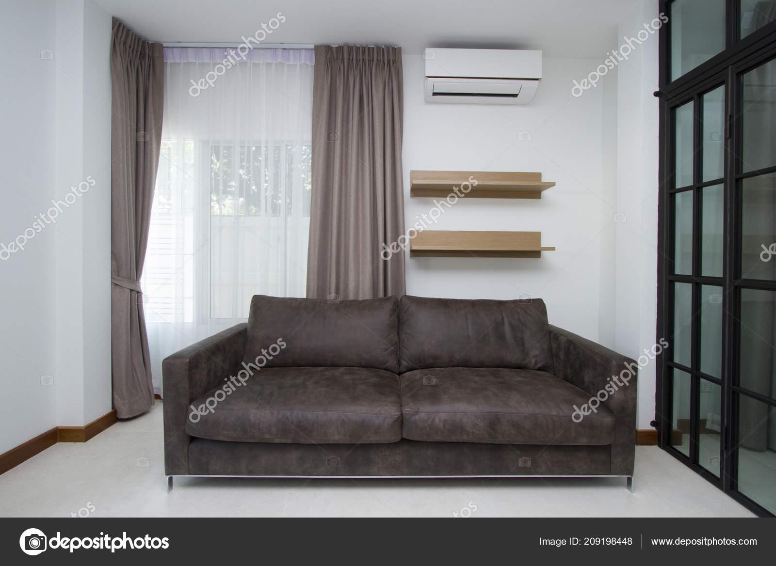Canapé Cuir Dans Salon Moderne — Photographie drpnncpp © #209198448