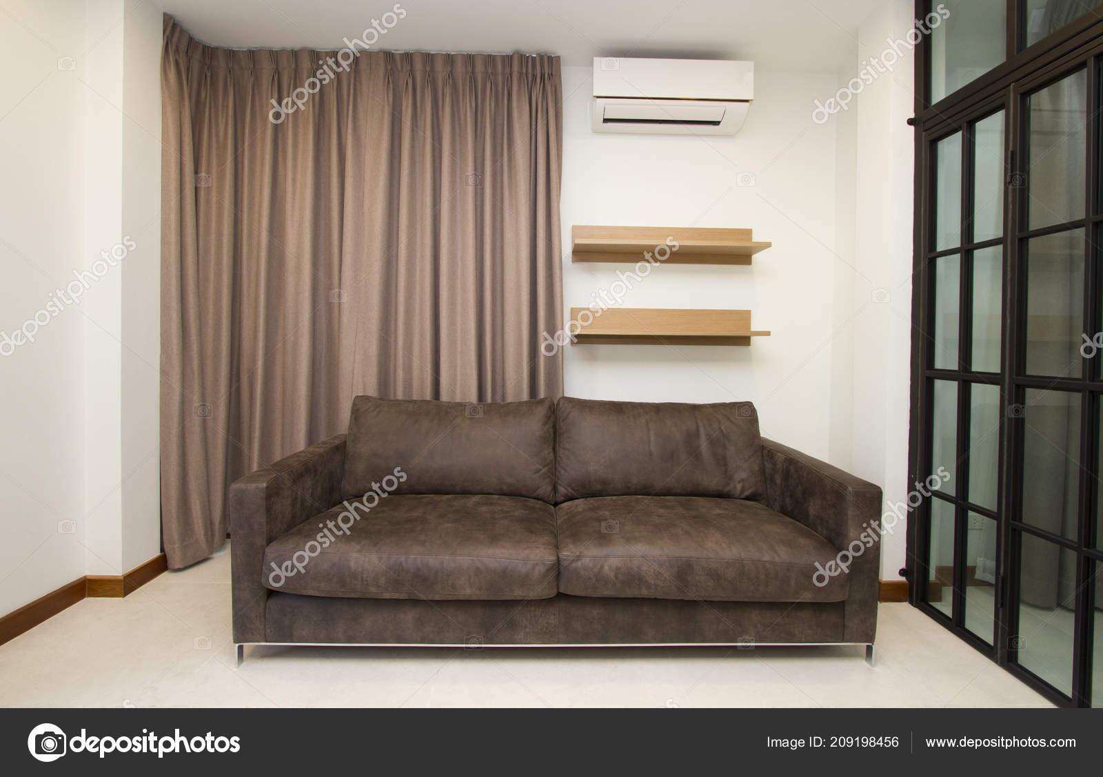 Canapé Cuir Dans Salon Moderne — Photographie drpnncpp © #209198456
