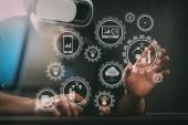 Inteligentní továrny a průmyslu 4.0 a s cloud computing technology.businessman nošení virtuální realita brýle v moderní kanceláři souvisí výrobní roboty výměna dat s Internetu věcí (Iot)