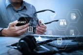 Compliance virtuelles Diagramm für Vorschriften, Gesetze, Normen, Anforderungen und audit.man mit Brille Hand mit VoIP-Headset mit digitalem Tablet-Computer Docking-Tastatur, Smartphone, Konzeptkommunikation, es unterstützt, Call Center und Kundenservice