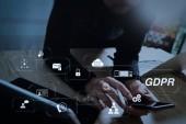 GDPR. adatvédelmi rendeletben a számítógépes biztonsági és adatvédelmi virtuális diagram.designer használ szúró telefon és billentyűzet dokkoló laptop számítógép digitális tabletta. Világméretű hálózat kapcsolat technológia felület.